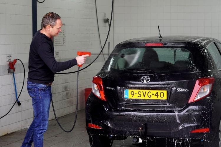 Auto wassen Dongen in een wasbox